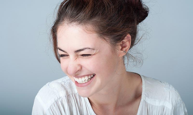Reírte o fingir que lo haces tiene más beneficios de los que imaginas