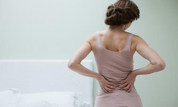 El dolor de espalda baja no puede pararse derecho o caminar