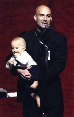 André Agassi presenta la gala de su Fundación con su hijo en brazos
