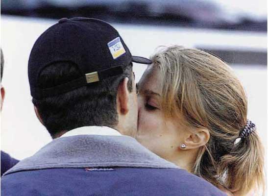 Primer beso en público de Athina Roussel y Doda Miranda