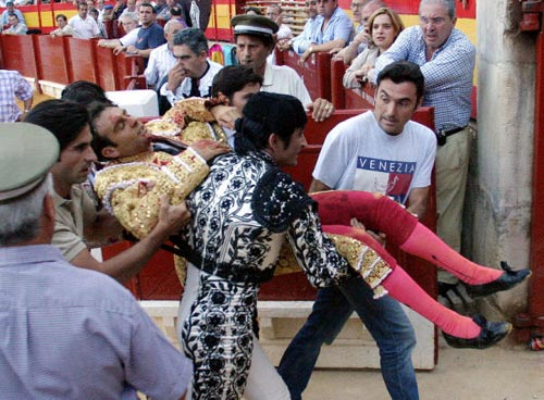Enrique Ponce sufre una grave cogida en la Feria de Alicante