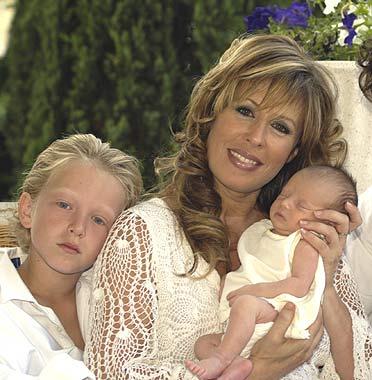 Miriam Díaz Aroca y su esposo, Wichi, posan por primera vez con su hija recién nacida