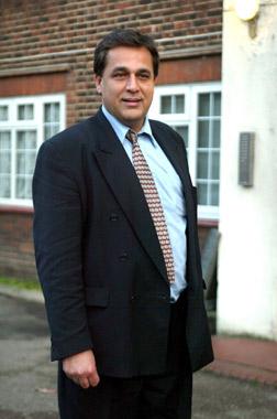 Se casa Hasnat Khan, el médico pakistaní relacionado con Diana de Gales