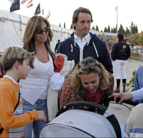 El primer paseo del hijo de Lara Dibildos y Álvaro Muñoz Escassi