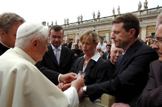 Benedicto XVI bendice una foto de Madeleine McCann