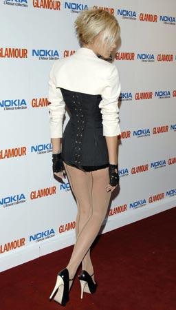 Victoria Beckham muestra en Londres su 'look' más extravagante
