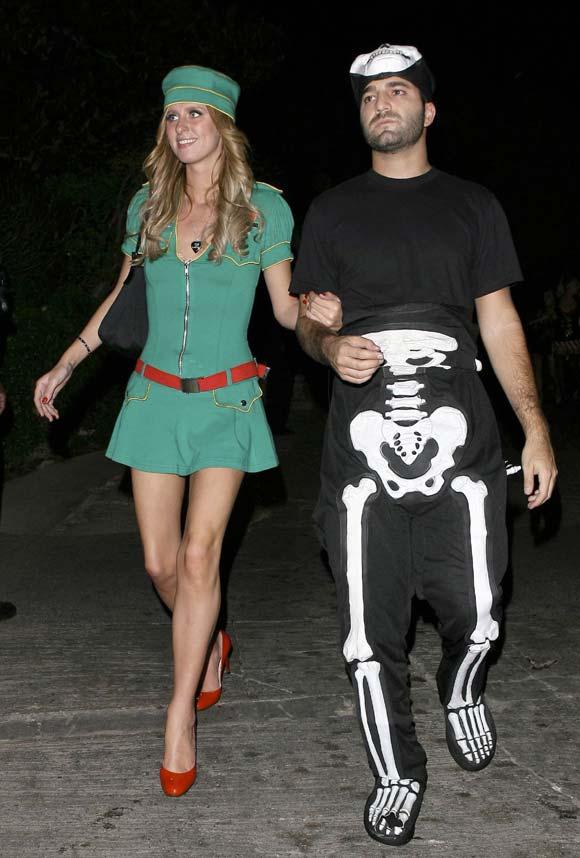 Paris Hilton y su atrevida versión del vestido de 'Alicia en el país de las maravillas'