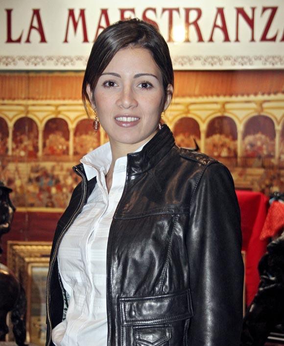 'El Cordobés' y Virginia Troconis, dos tiernos enamorados en El Rastrillo benéfico de Sevilla
