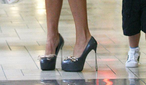 Victoria Beckham elige los zapatos más altos para ir a comprar juguetes con sus hijos