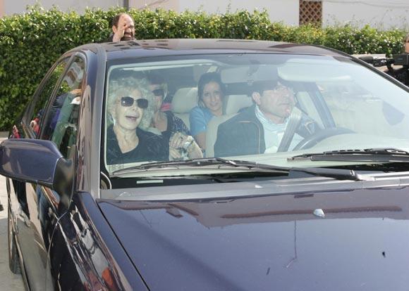 La Duquesa de Alba recibe la visita de su hija Eugenia y su nieta Cayetana mientras Alfonso Díez continúa en Madrid