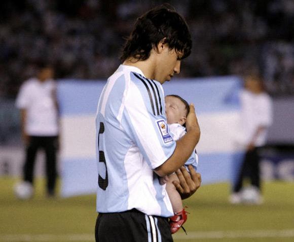 Benjamín, el hijo de Sergio 'Kun' Agüero, hereda su pasión por los colores de la selección argentina