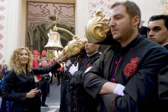 Borja Thyssen y Blanca Cuesta viven con emoción la Semana Santa malagueña