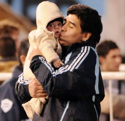 Diego Armando Maradona se deshace en mimos y besos con su ...