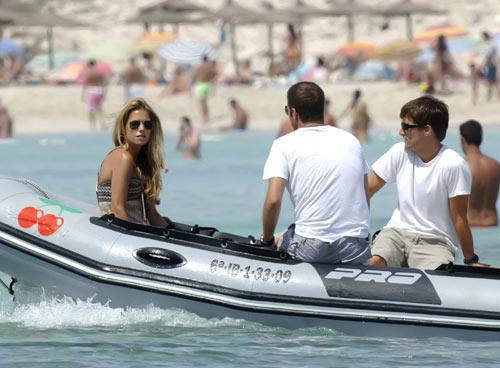Sylvie Van der Vaart se relaja en Ibiza tras ser operada con éxito de un cáncer de mama