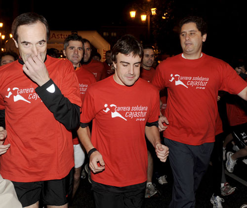 Fernando Alonso, ajeno a los rumores de separación de Raquel del Rosario, participa en una carrera solidaria en Oviedo