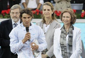 La reina Sofía y la infanta Elena entregan a un Rafa Nadal imparable el trofeo del Masters de Madrid