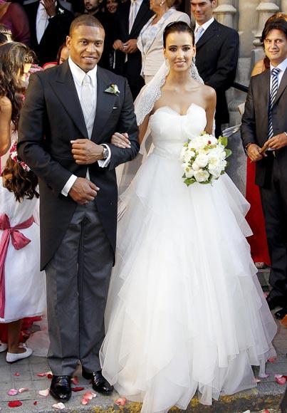 Cesc Fábregas y su novia, Carla, en la boda del futbolista brasileño Julio Baptista