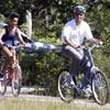 La familia Obama apura los últimos días de sus vacaciones disfrutando de un divertido paseo en bicicleta