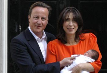 El primer ministro David Cameron y su esposa, Samantha, posan con su hija recién nacida a las puertas de su casa