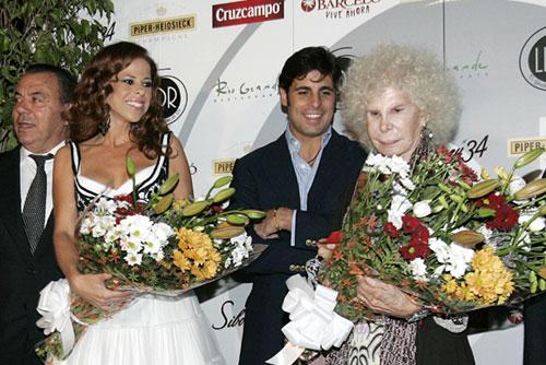 Doña Cayetana y Francisco apadrinaron el nuevo espacio sevillano dedicado a Los del Río junto a la cantante Pastora Soler