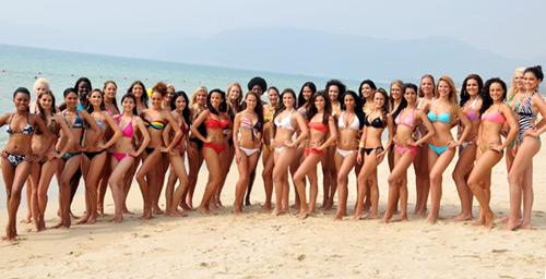 Las 120 aspirantes a la corona de Miss Mundo 2010 han posado en bikini en la playa de Yalong, en Sanya, al sur de China