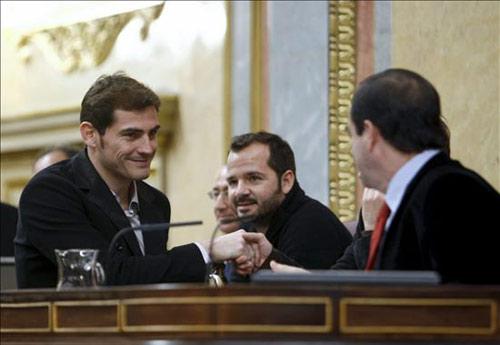 Iker Casillas 'revoluciona' el Congreso de los Diputados durante la lectura de la Constitución