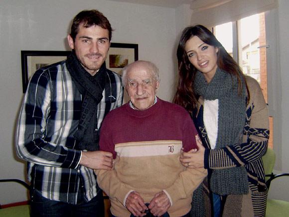 Iker Casillas y Sara Carbonero visitan juntos al abuelo materno del futbolista