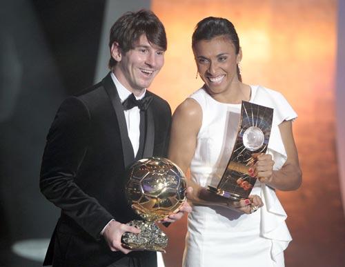 Leo Messi recibe su segundo Balón de Oro arropado por sus compañeros de equipo