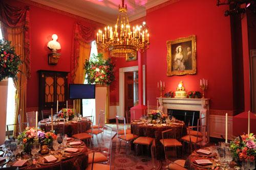 En un guiño al color de la bandera china, se escogió una iluminación rojiza en el comedor de Estado de la Casa Blanca