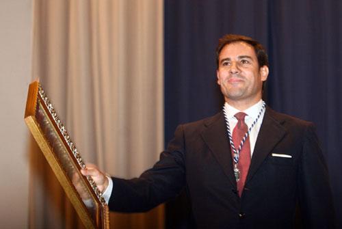 Miguel Báez, El Litri, recibe la Medalla de Huelva a las Artes ante una orgullosa Carolina Herrera
