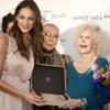La Duquesa de Alba recibe emocionada un premio por su apoyo a la moda flamenca, de manos de Eva González