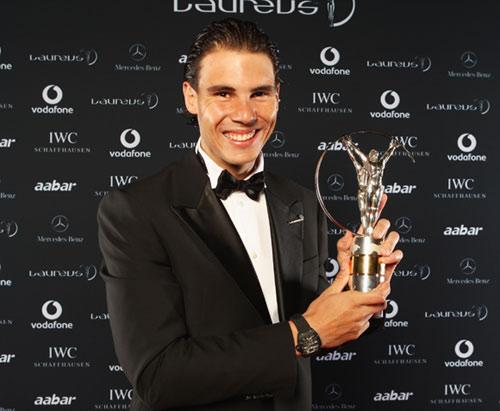 Rafa Nadal posa con el Premio Laureus al mejor deportista masculino de 2010