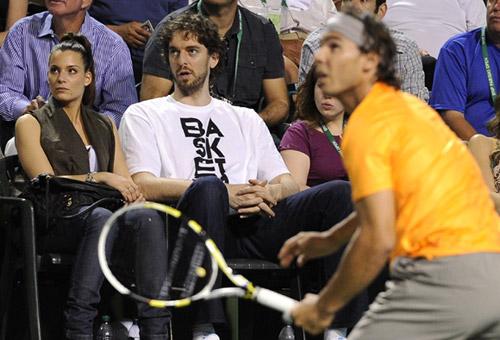 El pívot de los Lakers y su novia siguieron desde primera fila el partido de dobles que enfrentó al mallorquín y a Marc López con el checo Lukas Dlouhy y el australiano Paul Hanley