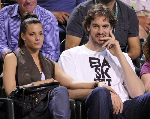 Pau Gasol y Silvia López se mostraron de lo más enamorados al tomarse de la mano mientras presenciaban el encuentro de Rafa Nadal en Indian Wells