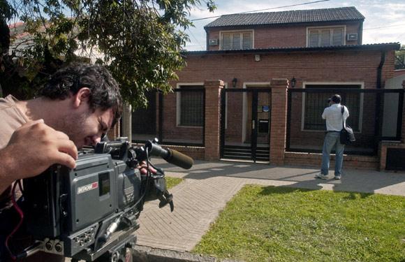 disparan contra la casa del hermano mayor de lionel messi en argentina foto. Black Bedroom Furniture Sets. Home Design Ideas