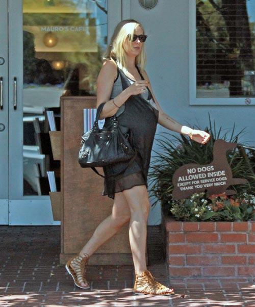 Kimberly Stewart pasea su embarazo por Hollywood, será el primer hijo de Benicio del Toro