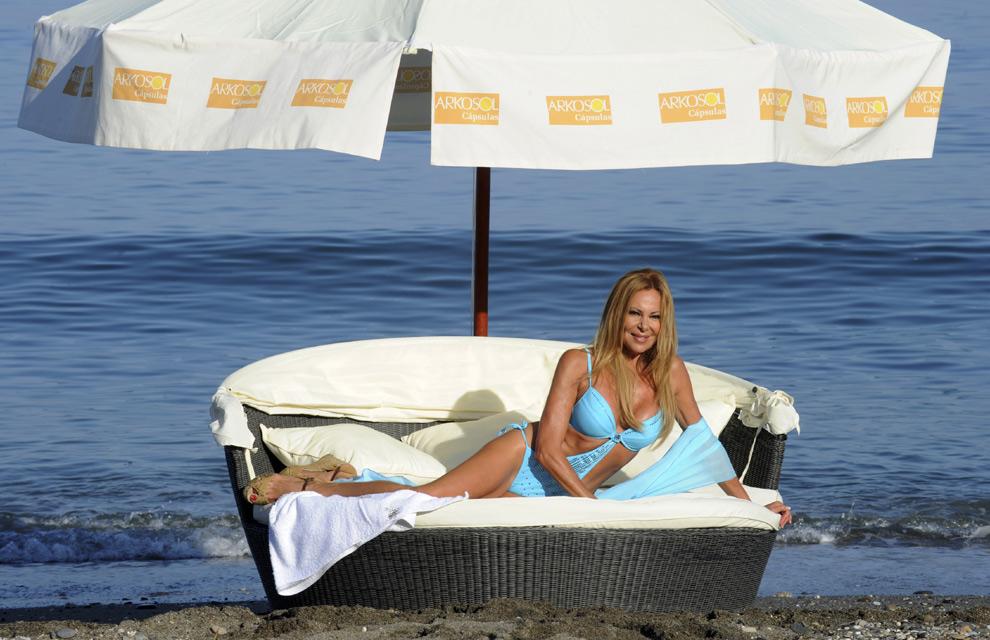 Ana Obregón inaugura el verano con su tradicional posado en bañador