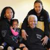 Nelson Mandela sopla las velas de su 93 cumpleaños arropado por toda su familia