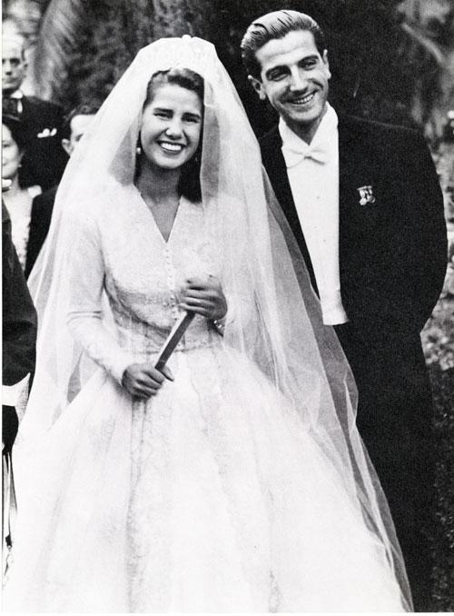http://www.hola.com/imagenes//famosos/2011082354156/bodas-anteriores-duquesa-alba/0-183-379/bodas-duquesa1-z.jpg