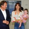El primer ministro británico, David Cameron, y su mujer, Samantha, llevan a su hija Florence Rose al hospital en el que nació antes de lo previsto