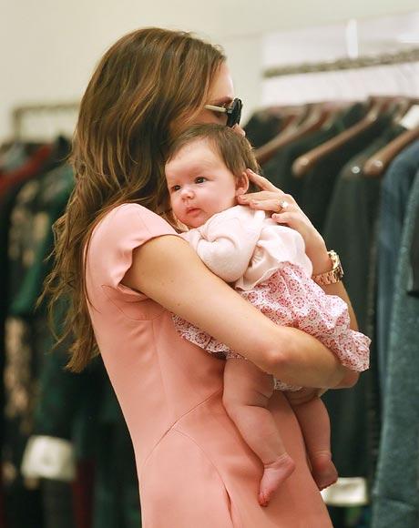 ': Victoria Beckham le enseña a su hija Harper sus tiendas favoritas