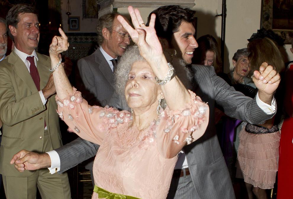 Boda de Moldavia bailando a la novia