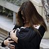 Carla Bruni abandona el hospital con su hija Giulia en brazos
