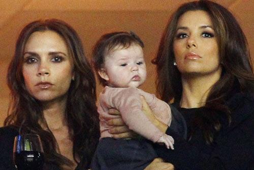 Harper Seven, la fan más joven de David Beckham, disfruta de un día de fútbol con su madre y Eva Longoria