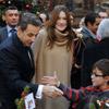 Carla Bruni reaparece con ropa amplia en un acto público apenas dos meses después de haber dado a luz a su hija Giulia
