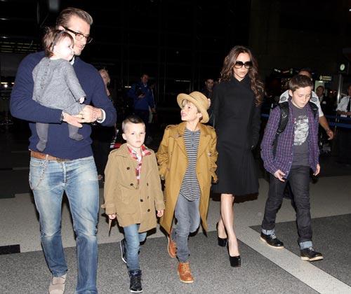 Una familia a la moda: Los Beckham dan una lección de estilo en el primer día de sus vacaciones navideñas