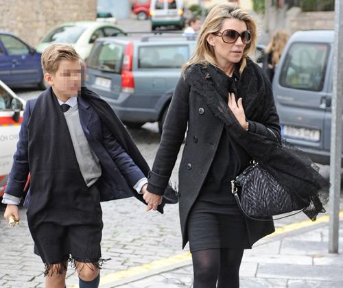 Patricia Rato, arropada por el calor de sus hijos y el de numerosas personalidades del mundo de la política y de la comunicación, se despide de su padre en Gijón