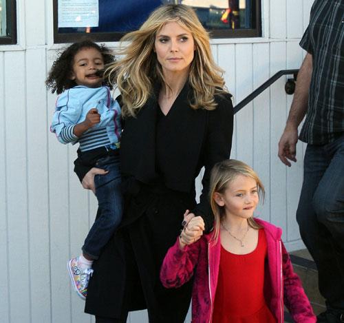 Heidi Klum reaparece rodeada de sus hijos, con gesto serio y su anillo de casada, tras el anuncio de su separación