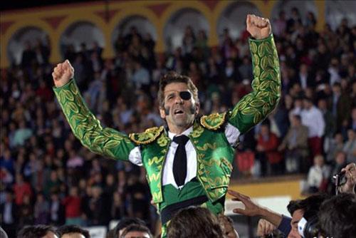 Emotiva y clamorosa reaparición de Juan José Padilla en Badajoz tras la gravísima cornada que sufrió en octubre