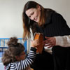 Carla Bruni lleva su sonrisa y solidaridad a un centro para niños con discapacidad